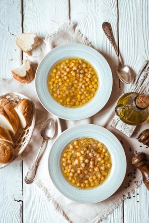 흰색 나무 테이블 위보기에서 그리스어 병아리 콩 수프