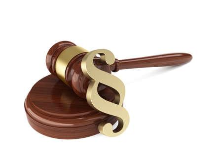 orden judicial: 3d hacer de martillo de madera juez con el signo de párrafo sobre fondo blanco Foto de archivo