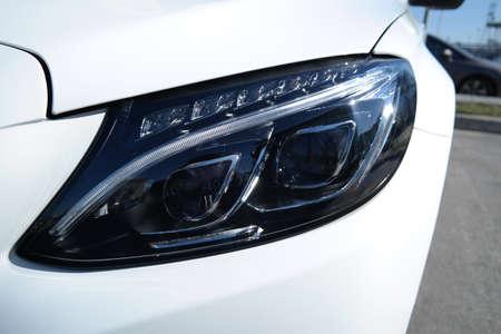 head light: Vista frontal de la tecnologia moderna luz de la cabeza del coche