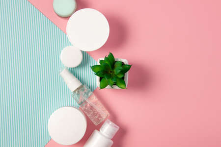 Flat lay natural cosmetics. Cosmetic jars and bottles with cream, face mask, serum, peeling and lotion on a pink background. Organic cosmetics, home facial and body care Standard-Bild
