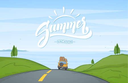 Vektorillustration: Karikaturlandschaft mit Reiseauto fährt auf die Straße und die handgeschriebene Beschriftung des Sommers.