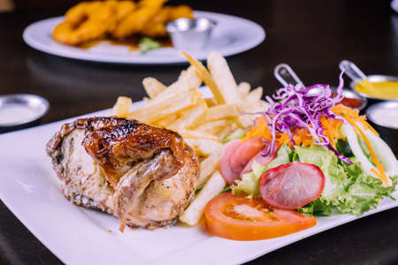 Peruvian food: Grilled chicken Foto de archivo - 104499072