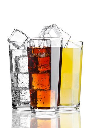 Vasos de refresco de cola naranja limonada refresco con hielo sobre fondo blanco con la reflexión