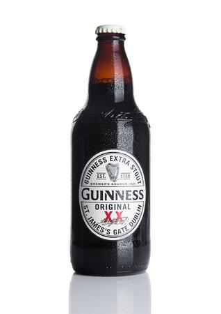 cerveza negra: LONDRES, Reino Unido - 29 de noviembre, 2016: Guinness extra botella cerveza negra sobre fondo blanco. Guinness cerveza se ha producido desde 1759 en Dublín, Irlanda. Editorial