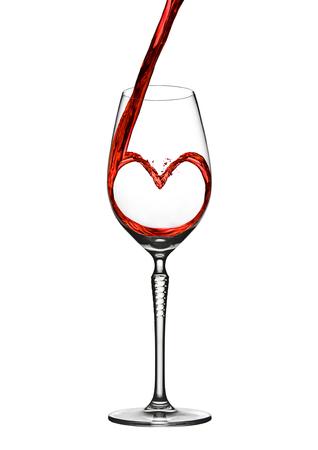 白い背景にエレガントなグラスにワインを注いでハート ロマンチックな形