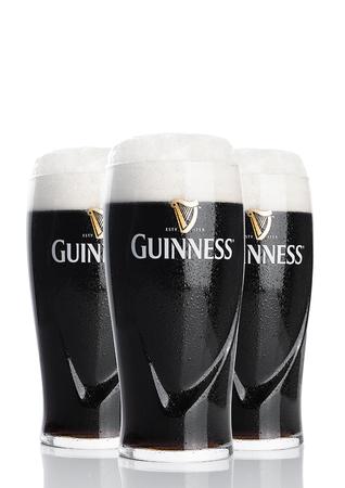 LONDEN, HET UK - 26 FEBRUARI, 2017: Glazen van het originele bier van Guinness op witte achtergrond. Guinness-bier wordt sinds 1759 geproduceerd in Dublin, Ierland. Redactioneel
