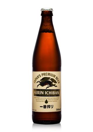 런던, 영국 -2007 년 9 월 24 일 : 흰색 배경에 기린 Ichiban 라 거 맥주 병