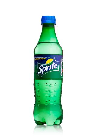 LONDON, Großbritannien - 12. April 2017: Flasche Sprite-Getränk lokalisiert auf weißem Hintergrund. Sprite ist ein von der Coca-Cola Company hergestelltes Erfrischungsgetränk mit Zitronenaroma. Editorial