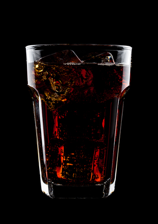 검은 배경에 얼음 조각으로 차가운 콜라 소다 음료의 유리