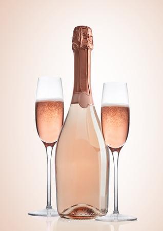 Fles en glazen roze roze champagne op roze achtergrond Stockfoto - 89345604
