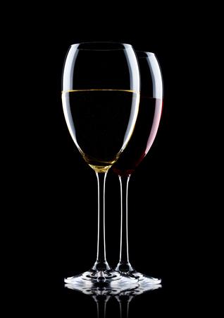 a0e28d7748a6fc  89507790 - Glazen rode en witte wijn op zwarte achtergrond met reflectie