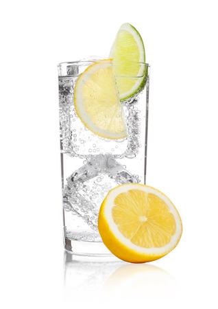 Vetro della limonata della bevanda della soda dell'acqua frizzante con la fetta del limone della calce e del ghiaccio su fondo bianco Archivio Fotografico - 90616016
