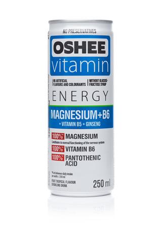 LONDEN, HET UK - DECEMBER 07, 2017: Een fles Oshee-Drank van de Vitaminensoda op witte achtergrond. Het OSHEE-bedrijf is een Poolse marktleider.