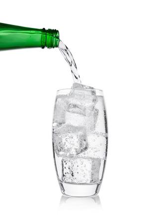 Giet limonadesoda drink bruiswater van fles tot glas
