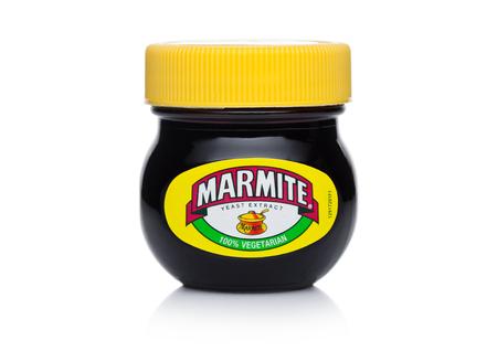 LONDRA, REGNO UNITO - 10 GENNAIO 2018: Vaso di vetro di estratto di lievito di marmite su fondo bianco Il prodotto è realizzato dalla società Unilever.