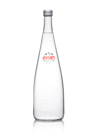 LONDON, UK - JANUARY 10, 2018:  Glass bottle of Pure Evian Natural Mineral Water on a white background. Made in France. 報道画像