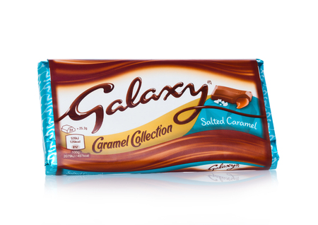 LONDON, UK - FEBRUARY 02, 2018: An unopened Galaxy chocolate bar with salted caramel on white background.Manufactured by Mars Redactioneel