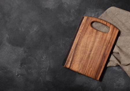 Vintage wooden cutting board with towel. Kitchen cooking concept. Space for text Archivio Fotografico