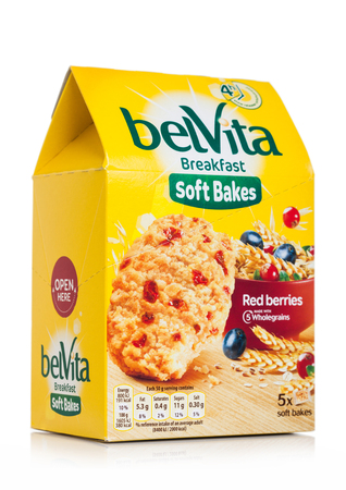 LONDON, UK - MAY 29, 2019: Pack of Belvita Breakfast soft bakes cookies with red berries on white. Banco de Imagens - 124998806