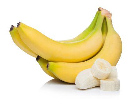 Racimo de plátanos orgánicos maduros frescos con trozos en rodajas en blanco.