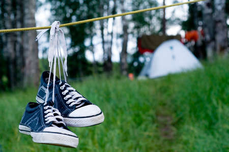 camp de vacances: Tente configur� pour le camping dans le bois. Banque d'images