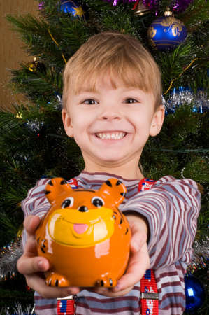 Niño de seis años con la hucha y dinero