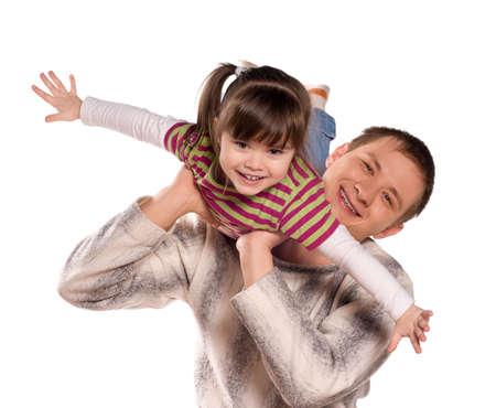 vaderlijk: Portret van liefhebbende vader en zijn kind knuffelen op witte achtergrond. Mooie Kaukasische modellen. Stockfoto