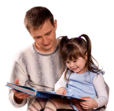 padres hablando con hijos: Familia feliz. Padre e hijo leyendo un libro. Aislado sobre fondo blanco. Hermosos modelos cauc�sicos.