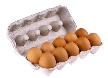 carton: Bruin eieren in verpakkingen van eieren geïsoleerd op witte achtergrond