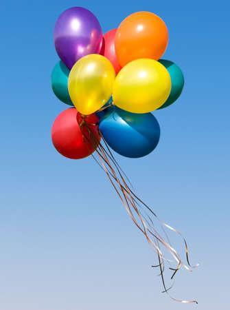 ballons: Botte de ballons color�s dans le ciel bleu