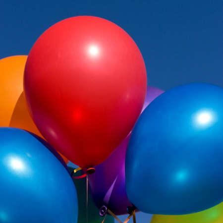 Grappolo di palloncini colorati in cielo blu  Archivio Fotografico