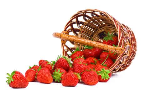 canastas con frutas: Fresa madura en basketbasket de mimbre aislado en un fondo blanco
