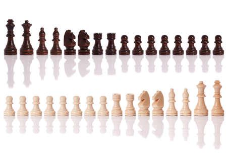 ajedrez: Un conjunto de piezas de ajedrez blanco y negro aislado en un fondo blanco  Foto de archivo