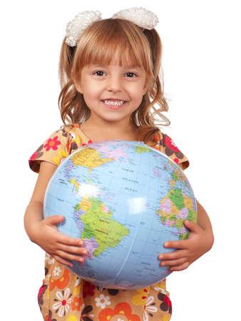 holding globe: Bambina sorridente tenendo il globo. Isolato su sfondo bianco. Archivio Fotografico