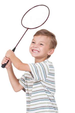 Kleiner Junge spielt Badminton - isoliert auf weißem Hintergrund