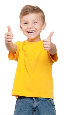 niños felices: Retrato de niño pequeño y hermoso que le da los pulgares para arriba sobre fondo blanco Foto de archivo