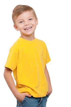 enfants qui rient: Portrait de petit gar�on heureux sur fond blanc