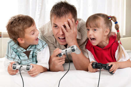 niños jugando videojuegos: Retrato de un niño sosteniendo una pizarra sobre fondo blanco Foto de archivo