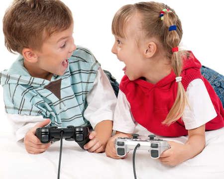 niños jugando videojuegos: Niños felices - niña y niño jugando un juego de video