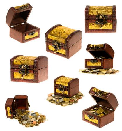 cofre del tesoro: Cofre de madera de dinero sobre fondo blanco Foto de archivo
