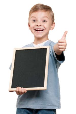 ni�os con pancarta: Retrato de un ni�o sosteniendo una pizarra sobre fondo blanco Foto de archivo