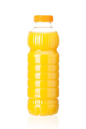 engarrafado: Orange juice in plastic bottle on white background