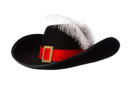 mosquetero: Sombrero negro con la pluma y la cinta aisladas sobre fondo blanco