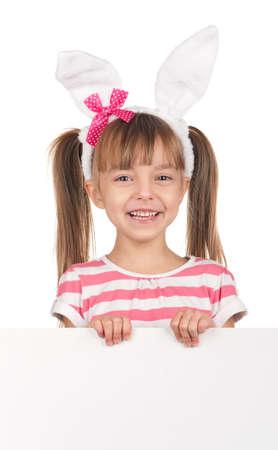 bunny ears: Pascua concepto de imagen. Retrato de ni�a feliz con orejas de conejo y tablero vac�o blanco sobre fondo blanco.