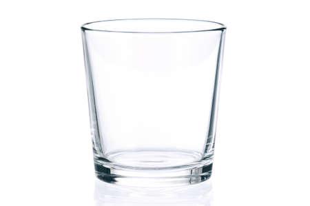 melk glas: Leeg glas voor water, sap of melk op een witte achtergrond