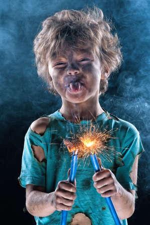 ni�os malos: Retrato de un electricista poco loco sobre fondo negro