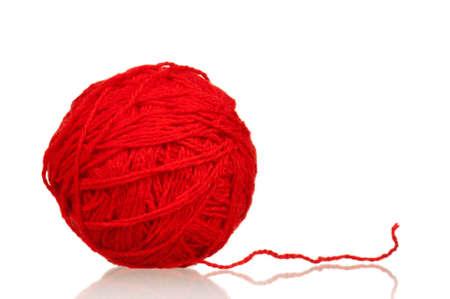 wool fiber: Bola roja del hilado para hacer punto aislada en el fondo blanco