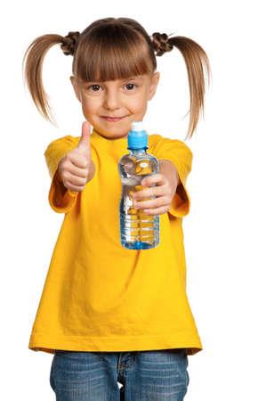 ni�os sosteniendo un cartel: Retrato de ni�a feliz con el agua de botella de pl�stico sobre fondo blanco