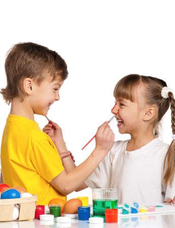 Dos Niños Pintando Los Huevos De Pascua Aislados Sobre Fondo Blanco ...