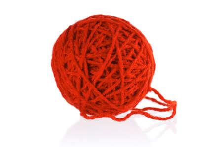 hilo rojo: Bola roja de hilo para tejer aisladas sobre fondo blanco